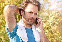 Biznesmen odbiorcza rozmowa telefonicza podczas plenerowego treningu zdjęcie stock