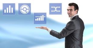 Biznesmen oddziała wzajemnie z biznesowej mapy statystyki ikonami Zdjęcie Stock