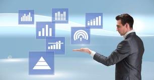 Biznesmen oddziała wzajemnie z biznesowej mapy statystyki ikonami Fotografia Stock