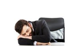 Biznesmen odpoczywa przy biurkiem Obrazy Royalty Free