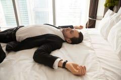 Biznesmen odpoczywa w domu po ciężkiego dnia przy pracą Zdjęcie Stock