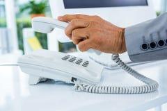 Biznesmen odpowiada telefon Zdjęcia Royalty Free