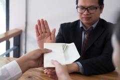 Biznesmen odrzuca pieniądze gotówkowego banknot od ludzi biznesu Zdjęcia Royalty Free
