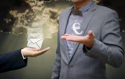 Biznesmen oferty pieniądze dla wiadomości Obraz Royalty Free