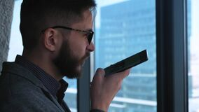 Biznesmen ono Uśmiecha się Po Wysyłać głos wiadomość Modny nowożytny młody człowiek z broda biznesmenem pisze głosie zbiory wideo