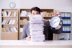 Biznesmen ono zmaga się spotykać wymagających ostatecznych terminy obrazy stock