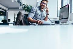 biznesmen opowiada na kabla naziemnego telefonie fotografia royalty free