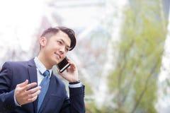 Biznesmen opowiada na mądrze telefonie Obrazy Stock