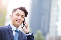 Biznesmen opowiada na mądrze telefonie Zdjęcie Stock