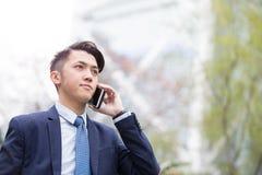 Biznesmen opowiada na mądrze telefonie Obrazy Royalty Free