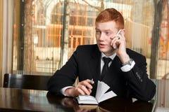Biznesmen opowiada na telefonie Fotografia Stock