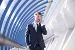 Biznesmen opowiada na telefonie Zdjęcia Stock