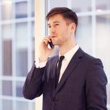 Biznesmen opowiada na telefonie Zdjęcie Royalty Free