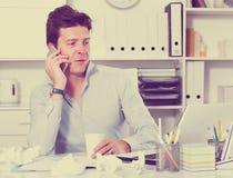 Biznesmen opowiada na telefonie Obrazy Royalty Free