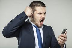 Biznesmen opowiada na telefonie i pyta dla ciszy obraz stock