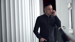 Biznesmen opowiada na telefonie indoors zdjęcie wideo