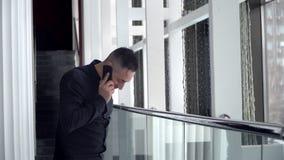 Biznesmen opowiada na telefonie indoors zbiory wideo