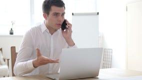 Biznesmen Opowiada na telefonie, Wrzeszczeć i Walczyć w złości, zdjęcie wideo