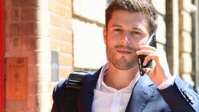 Biznesmen Opowiada Na telefonu komórkowego odprowadzeniu Wzdłuż miasto ulicy zdjęcie wideo