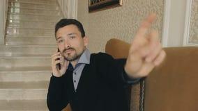 Biznesmen opowiada na tuch i telefonie rama zbiory