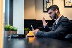 Biznesmen opowiada na wideo używać smartphone obraz royalty free