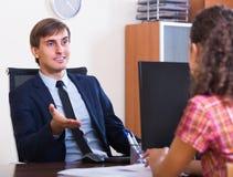 Biznesmen opowiada z klientem Zdjęcie Stock