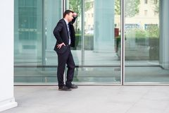 Biznesmen opuszcza jego biuro po banka bankructwa Zdjęcie Royalty Free