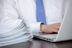 Biznesmen organizuje ogromną liczbę dokumenty fotografia royalty free