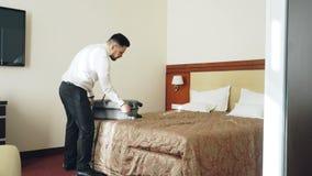 Biznesmen pakuje jego walizkę i opuszcza pokój hotelowego przy wymeldowanie czasem Podróż, biznes i ludzie pojęć, zdjęcie wideo