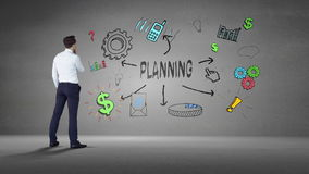 Biznesmen patrzeje ścianę z planistycznym brainstorm zbiory wideo