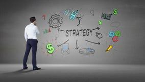 Biznesmen patrzeje ścianę z strategii brainstorm zdjęcie wideo