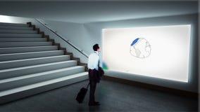 Biznesmen patrzeje brainstorm na ekranie zbiory