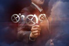 Biznesmen patrzeje cogwheel pracującego mechanizm przez magnifier zdjęcie royalty free