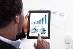 Biznesmen patrzeje cyfrową pastylkę Zdjęcie Royalty Free