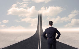 Biznesmen patrzeje 3d drogę która iść up w niebie Fotografia Stock