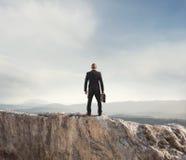 Biznesmen patrzeje daleko przyszłość biznes obrazy royalty free