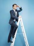 Biznesmen patrzeje dla sukcesu Fotografia Royalty Free