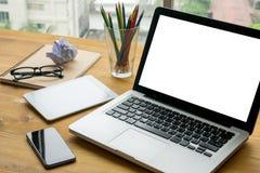 Biznesmen patrzeje ekran komputerowego zdjęcia royalty free