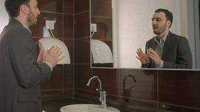 Biznesmen patrzeje go w lustrze zachęcać ufny i ono znajdować zdjęcia stock