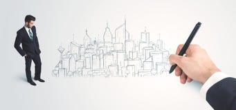 Biznesmen patrzeje gotowego rysującego miasto na ścianie Obraz Royalty Free