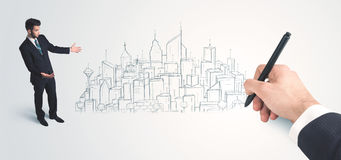 Biznesmen patrzeje gotowego rysującego miasto na ścianie Obraz Stock