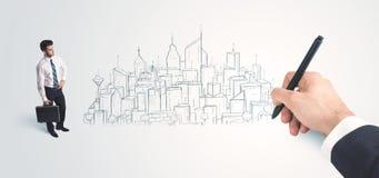 Biznesmen patrzeje gotowego rysującego miasto na ścianie Zdjęcie Stock