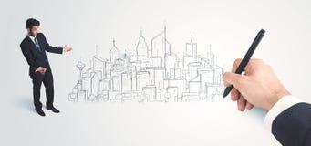 Biznesmen patrzeje gotowego rysującego miasto na ścianie Fotografia Royalty Free