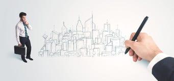 Biznesmen patrzeje gotowego rysującego miasto na ścianie Zdjęcia Royalty Free