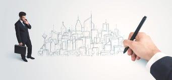 Biznesmen patrzeje gotowego rysującego miasto na ścianie Obrazy Stock