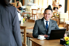 Biznesmen patrzeje jego klienta przybycie dla spotykać Obraz Royalty Free