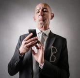 Biznesmen patrzeje jego telefon fotografia stock
