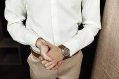 Biznesmen patrzeje jego zegarek na jego ręce, ogląda czas Obraz Royalty Free