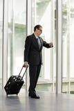 Biznesmen patrzeje jego zegarek z tramwaj skrzynką Zdjęcia Royalty Free