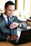 Biznesmen patrzeje jego zegarki Obraz Royalty Free
